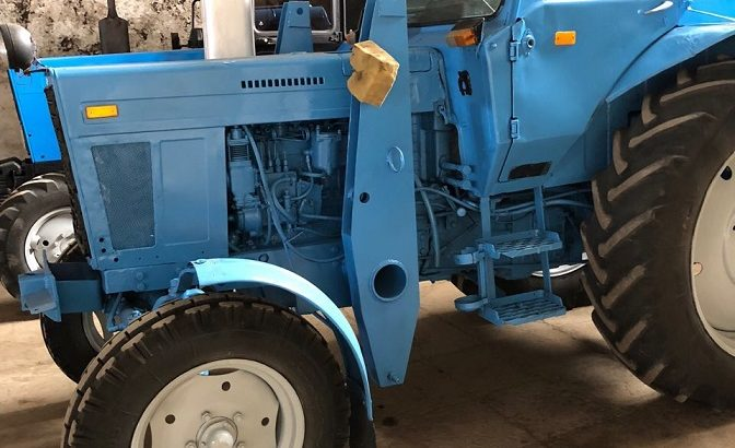 Трактор МТЗ-80 вместе с погрузчиком