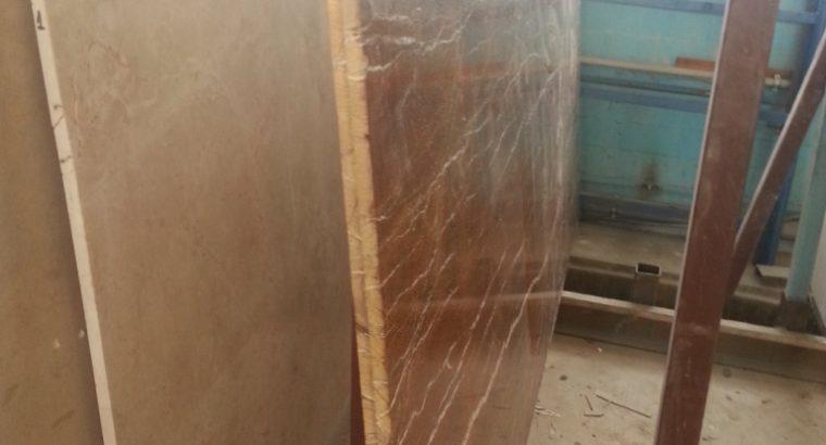 Мрамор многогранный .Оникс прозрачный в накрытом хранилище. Слябы и плитка